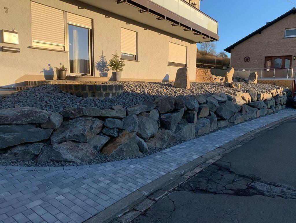 Natursteinmauer Außenanlage